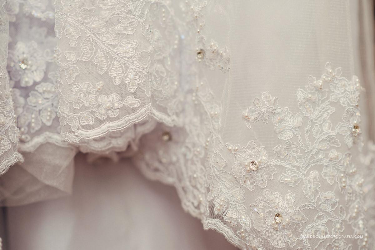 foto-detalhe-pedras-renda-vestido-noiva-pendurado-porta-madeira