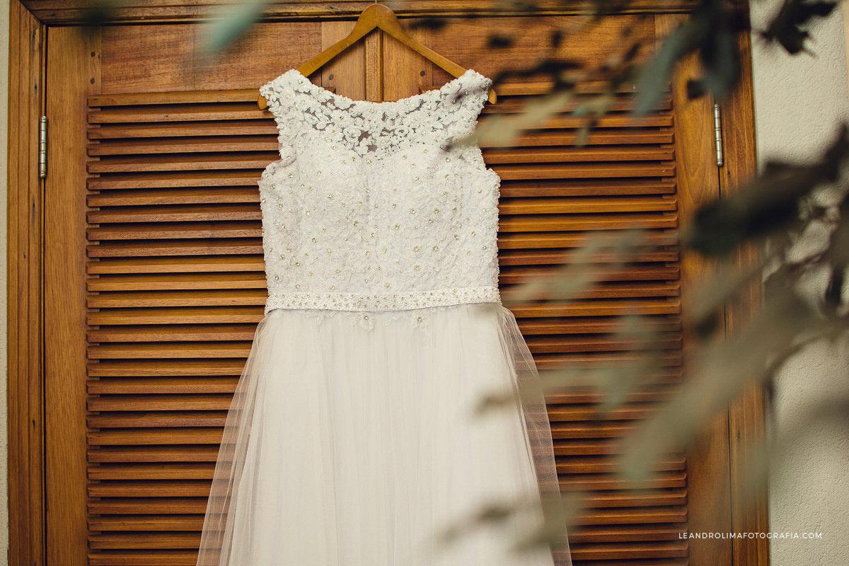 foto-vestido-noiva-pendurado-porta-madeira