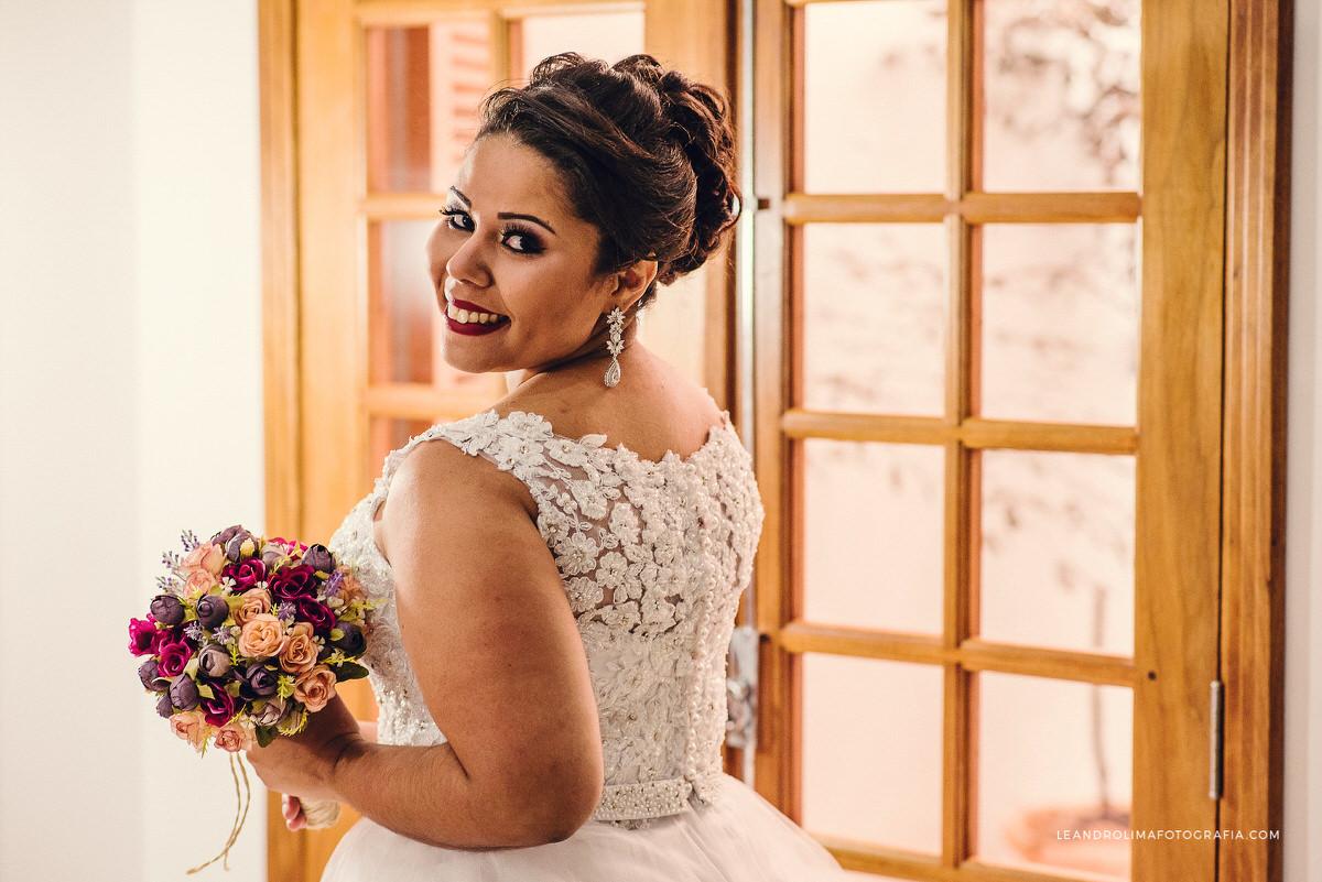 noiva-pronta-sorrindo-porta-madeira