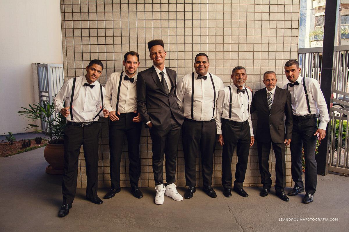 foto-padrinhos-antes-casamento-suspensorio-noivo-tenis