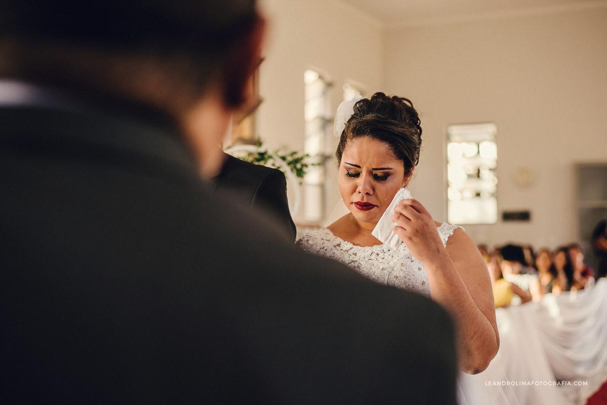 noiva-chorando-lagrima-lenco-cerimonia-casamento