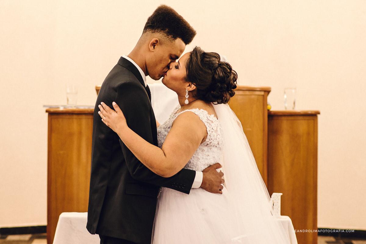 pode-beijar-noiva-beijo-casamento