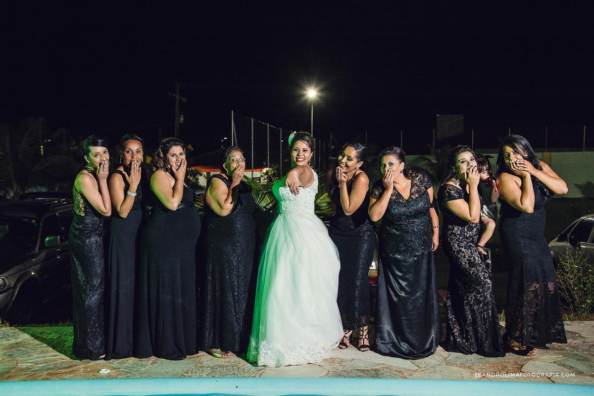 noiva-madrinhas-vestido-preto-posando-alianca