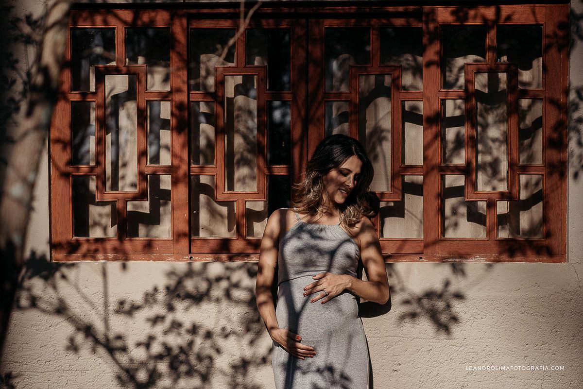 foto-gravida-janela-sombra-parque-luz-sol-arvores-mosteiro