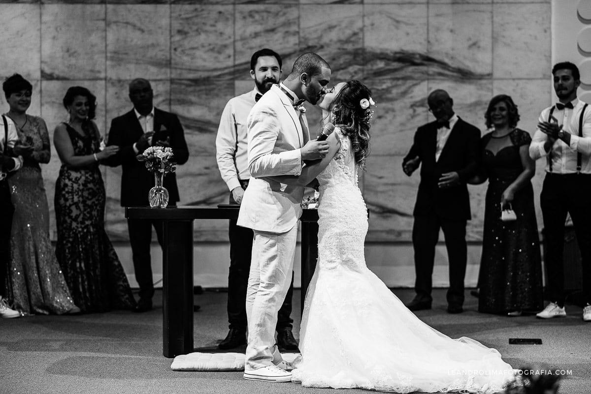 beijo-noivos-altar