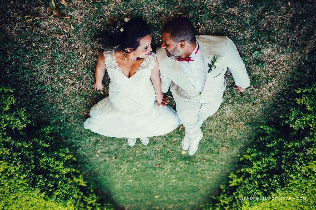 ensaio-noivos-deitados-grama-casamento-boho-chic-tenis-all star