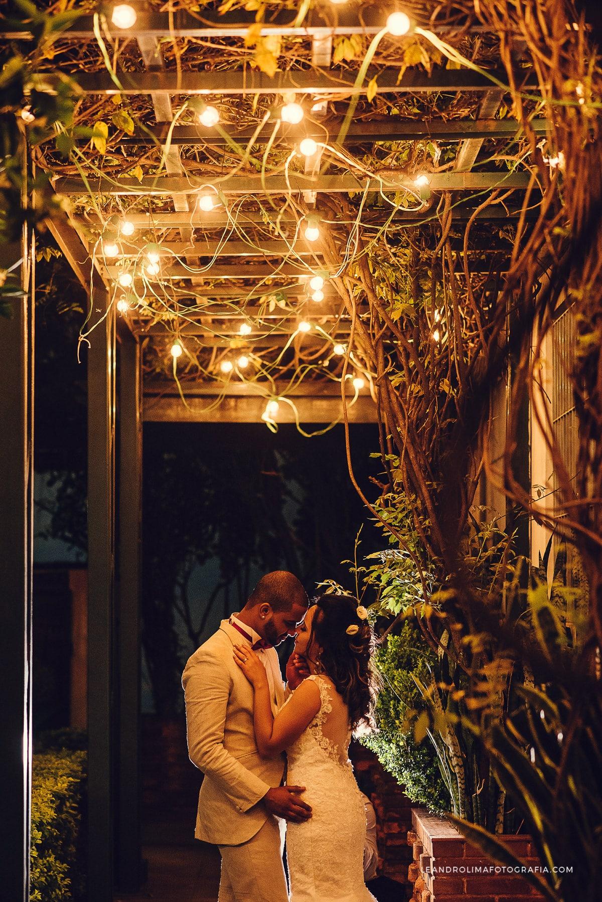 ensaio-noivos-casal-contra-luz-lampadas-retro