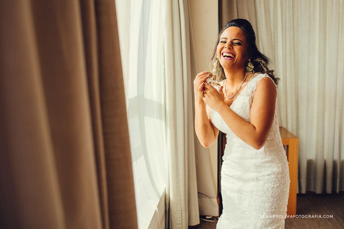 make-noiva-quarto-hotel-casamento-dia-colocando-perfume