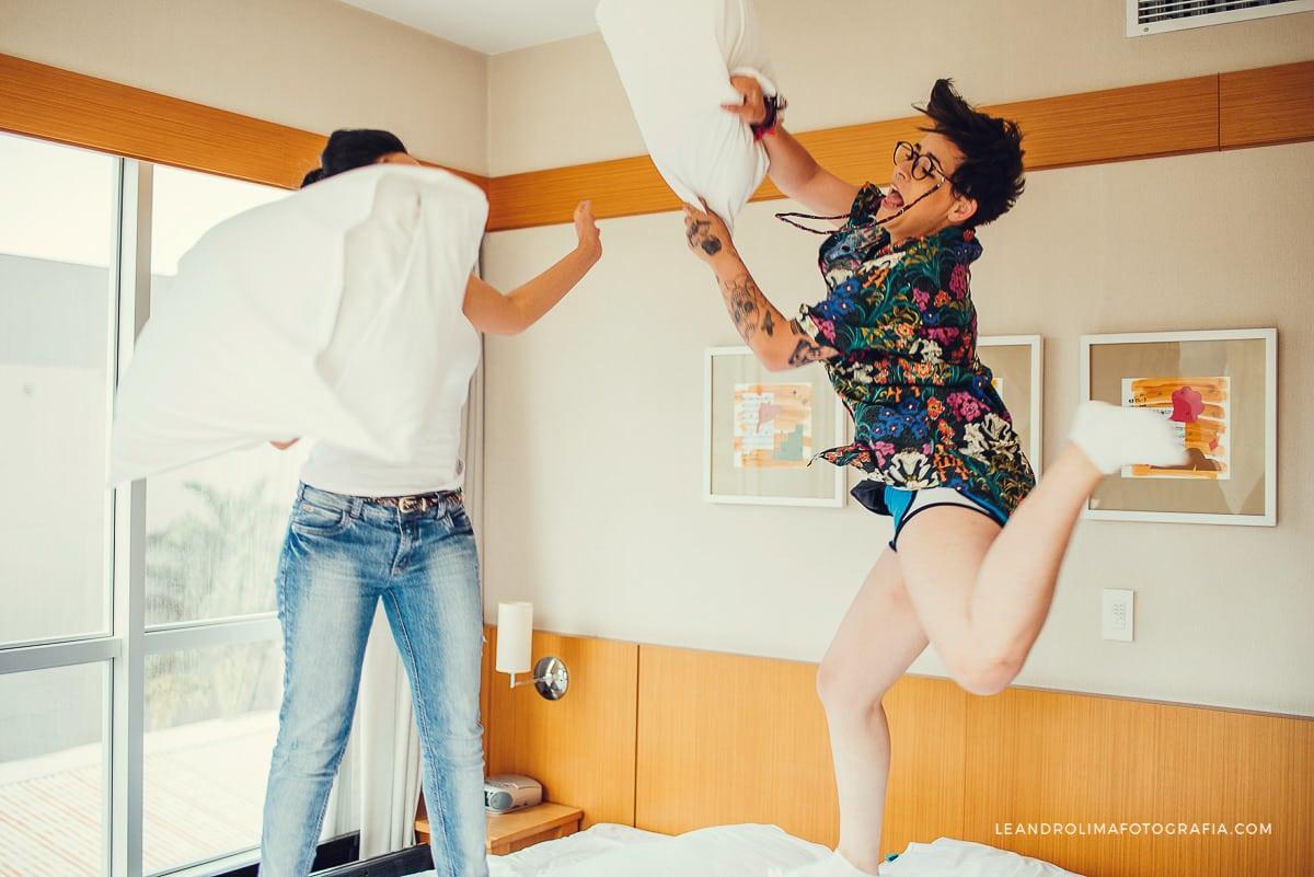 make-noiva-quarto-hotel-guerra-travesseiros-casamento-dia-boho-chic