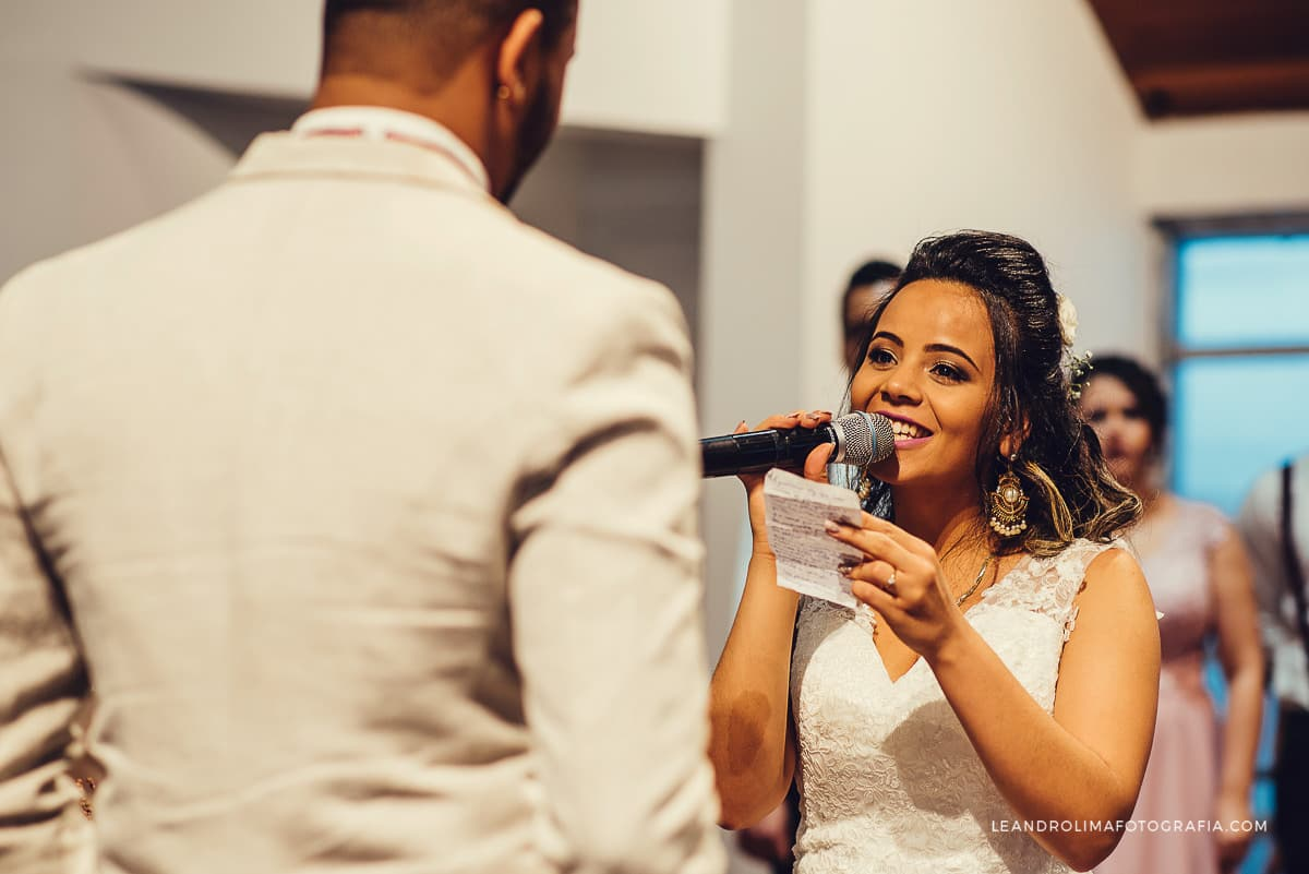 noiva-lendo-votos-casamento-emocionada